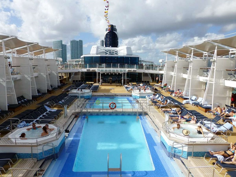 Piscina do cruzeiro Celebrity Reflection